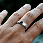 Does 925 sterling silver turn your finger green?