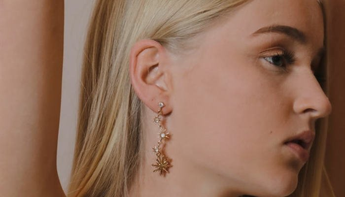 How to Wear Dangling Earrings( 3 Easy Methods)