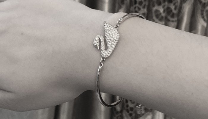 What is the Meaning of Giving a Bracelet to a Girl?