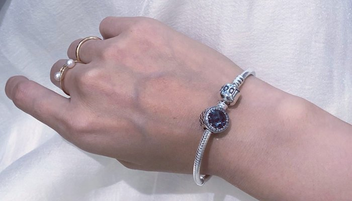 Who Wears Pandora Bracelets