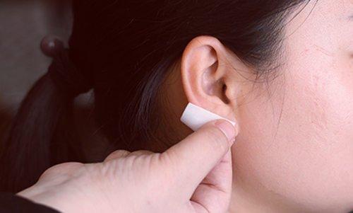 Как бороться с инфекцией пирсинга уха, распространившейся на шею