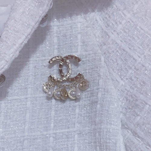 Use that stunning brooch to make a brooch bracelet.
