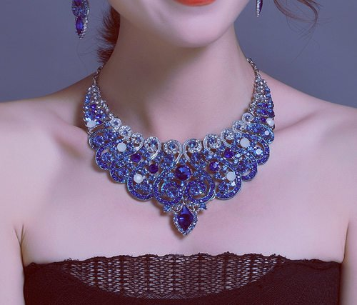 how to wear chunky necklace