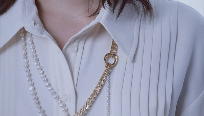 Tips For Wearing Chain Outside Shirt