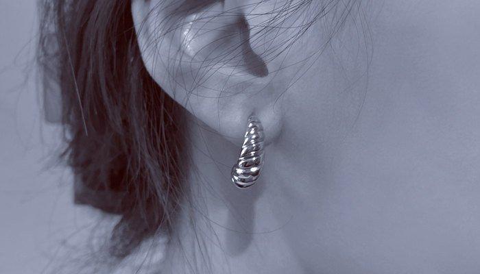 What Does It Mean When A Girl Wears One Earring