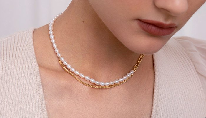 How To Wear Pearl Necklace Without Looking Old